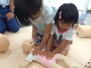 赤ちゃんの蘇生も二人で頑張ります。